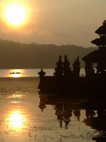 Sunrise at lake Bratan