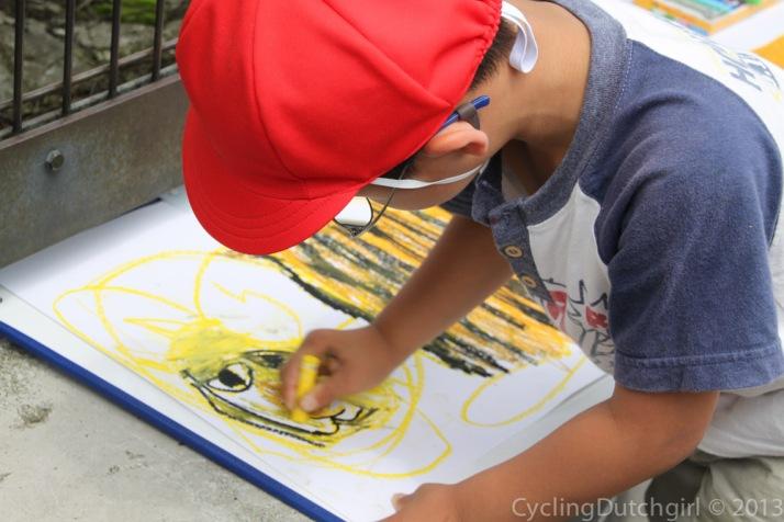 Kid drawing a tiger